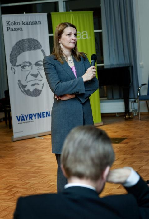 Mari Kiviniemi edessä kansanedustaja Mauri Pekkarisen pää.
